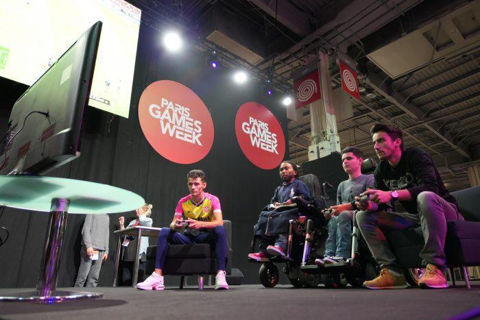 Joueurs handis et valides jouant à PES 2019 durant la Paris Games Week 2018.